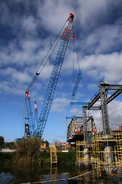 Crane lifting old truss element out (Oct 2012)
