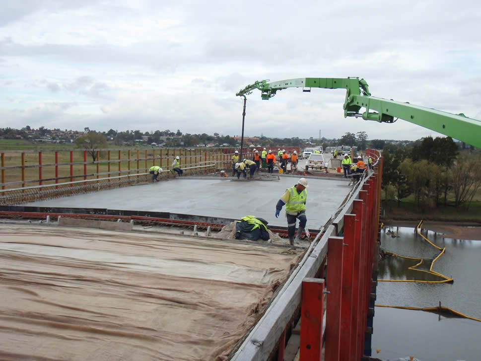 Hunter River crossing - pouring the bridge deck span (July 2010)
