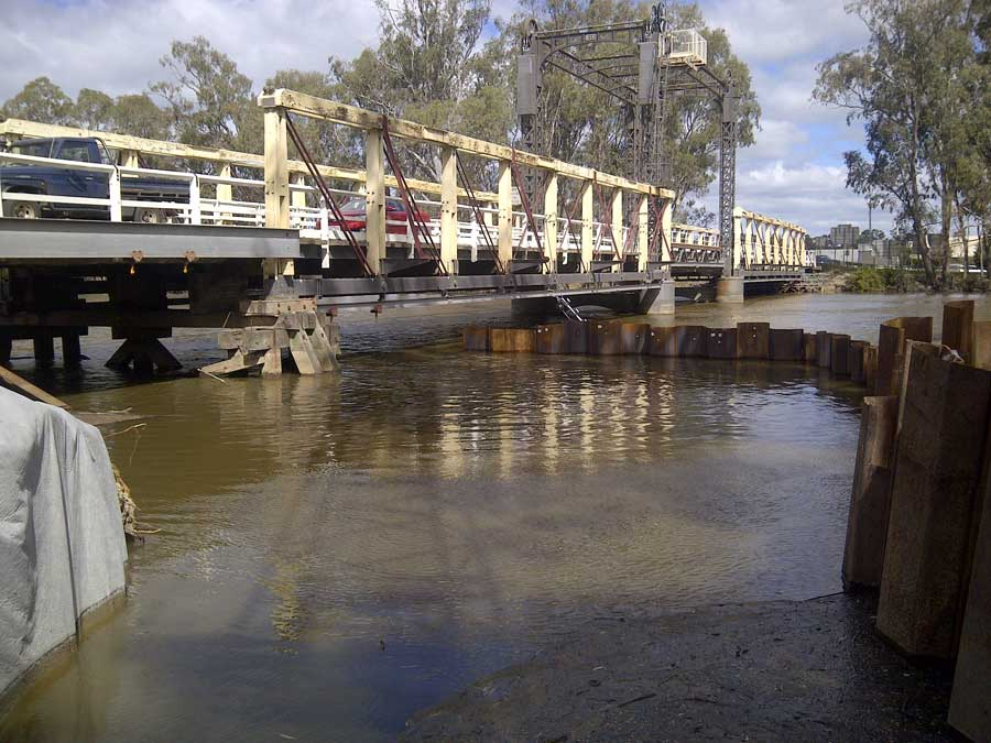 Partial completion of pier 1 sheetpiling interrupted by high Murray River level [May 2014]