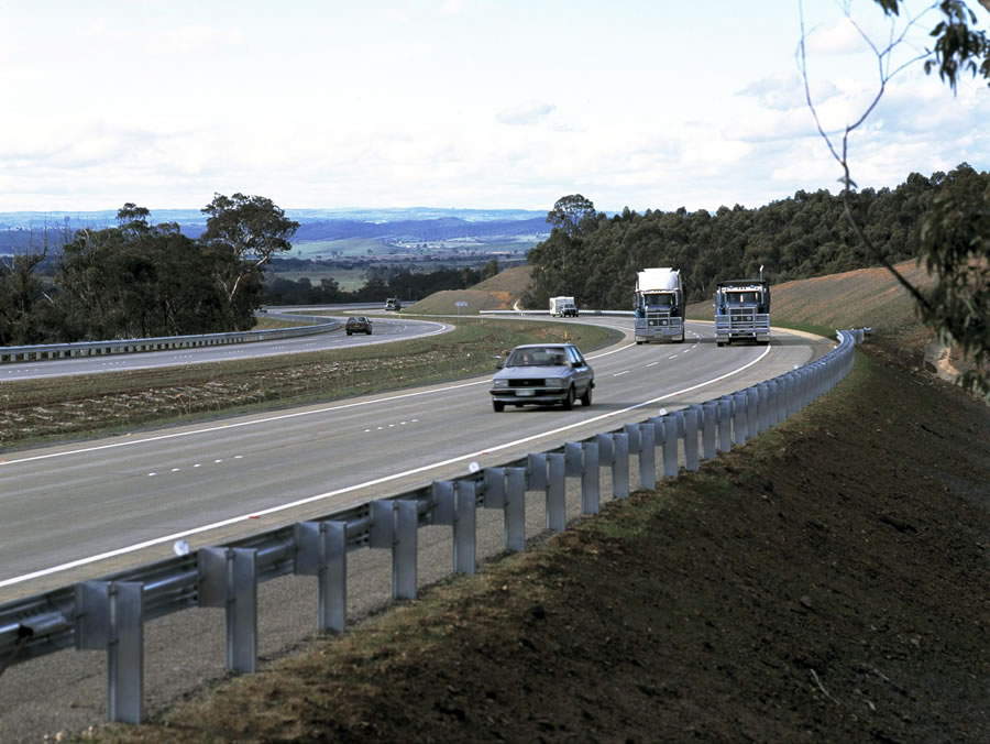 View of the dual carriageways north of the Yass Bypass [May 1995]
