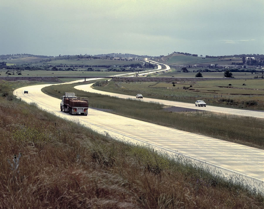 View of the Goulburn Bypass with traffic looking south [Dec 1992]