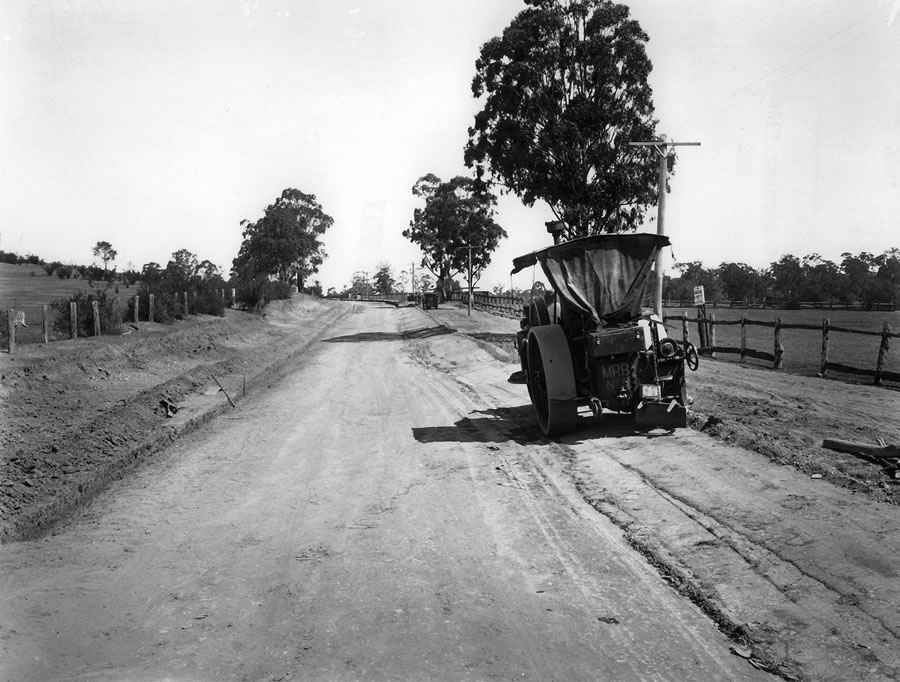 Steamroller upon the unsealed 'great Southern Road' - Hume Highway - at Tahmor, near Picton [Sep 192