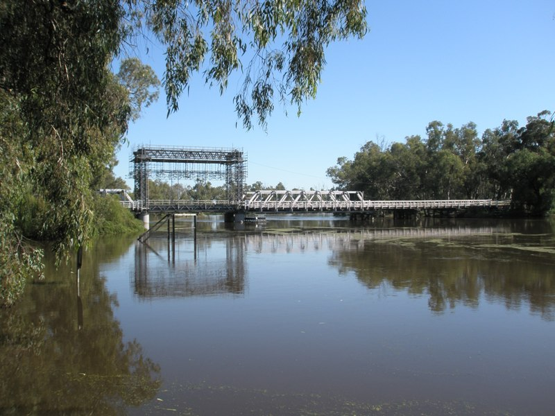 Murray River Bridge, showing the vertical lift mechanism for opening the bridge